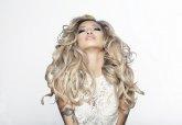 Blondynka o bujnych włosach
