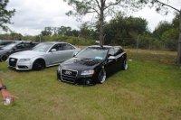 samochody na trawniku
