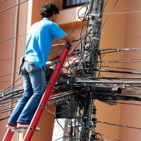 człowiek przy kablach elektrycznych